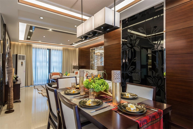 客餐厅一体设计让互动更舒适,摆饰也相当的有古典韵味,精致十足。