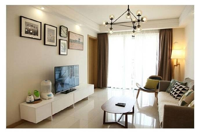搭配上几何纹理亮色的抱枕,墙壁上挂了简约的现代装饰画作为点缀,空间看着干净又清新。