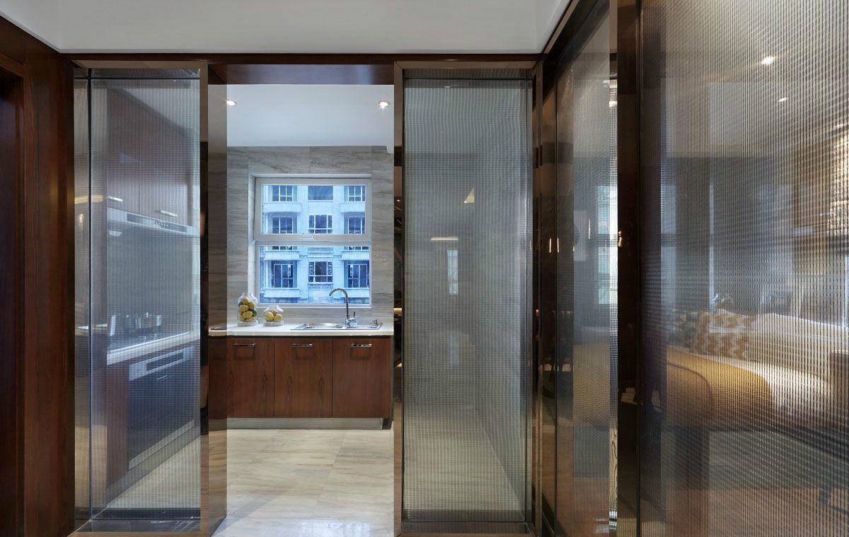 厨房和餐厅是分开的,用玻璃门做了隔离,整个空间简约干净