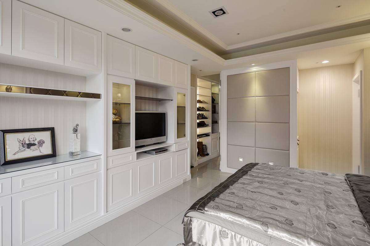 在这间卧室设置了独立的电视,不用去客厅,也能满足看电视的需求,非常方便。