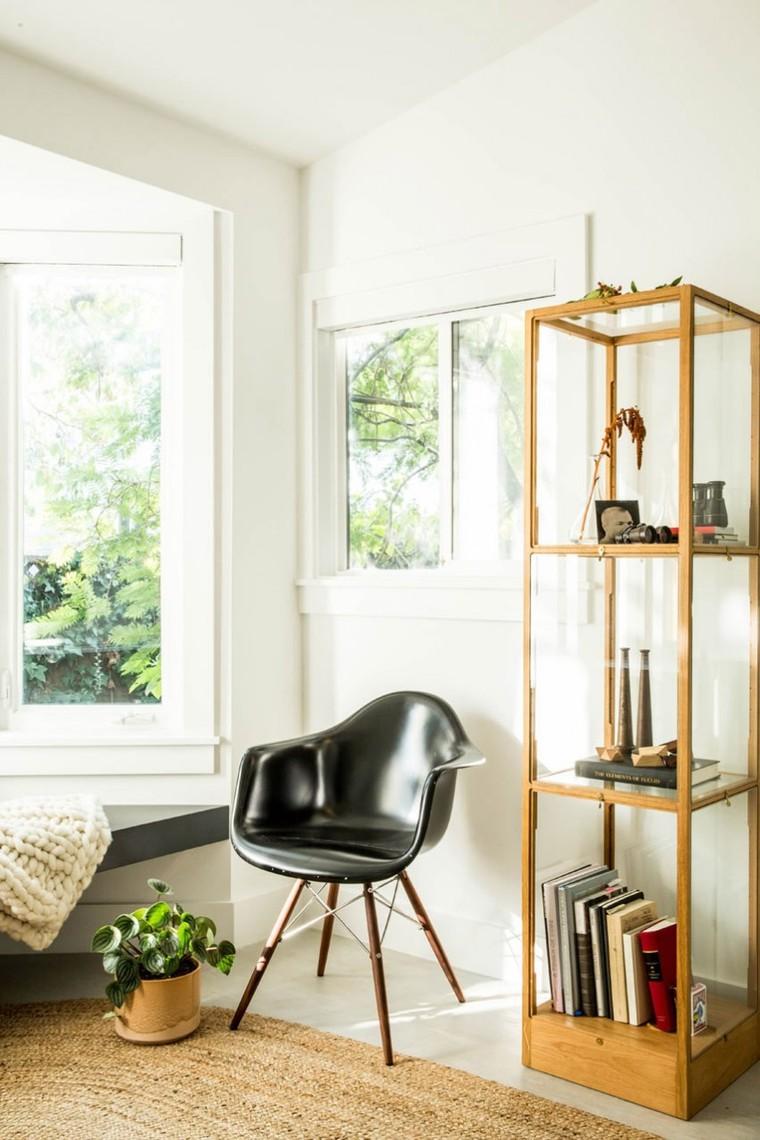 小巧的立体储物架,这些家饰的点缀体现出屋主不凡的审美品味。