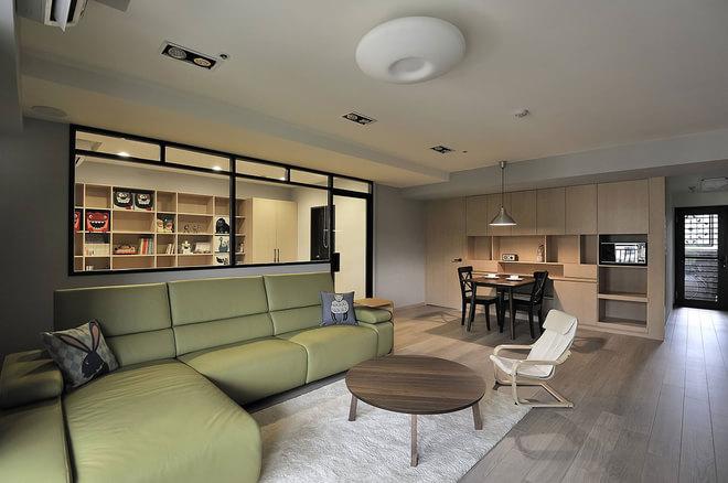 沙发背景墙的上边部分是以黑色铁艺为框的透明玻璃为设计,从而使得书房与客厅两个空间区域很好的流通。