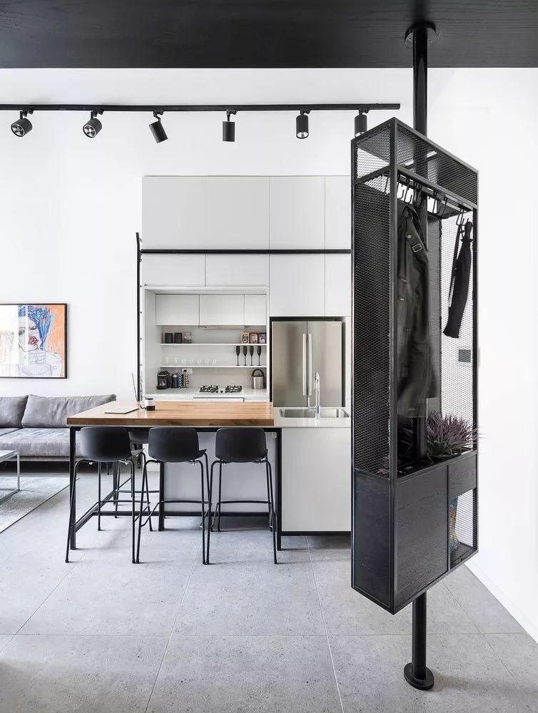 从玄关进入室内,来到生活区 ,一扇落地窗带来了足够的采光,客厅内灰色沙发靠墙摆放,搭配白色的铁艺