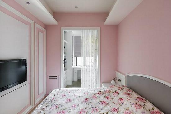 更衣室拥有唯一对外窗,以纱帘取代制式门片引流光线,开阖时也不占用过多空间。