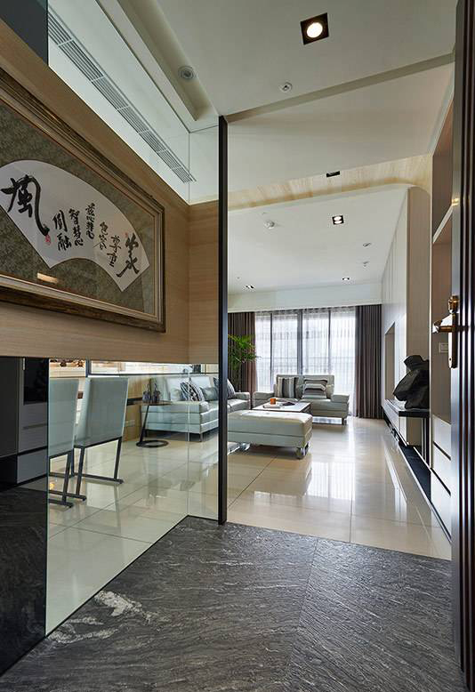 以多元材质混搭入口风貌,地坪选择灰色大理石,不仅与鞋柜表面呼应,同时也可形成自然的内外界线。
