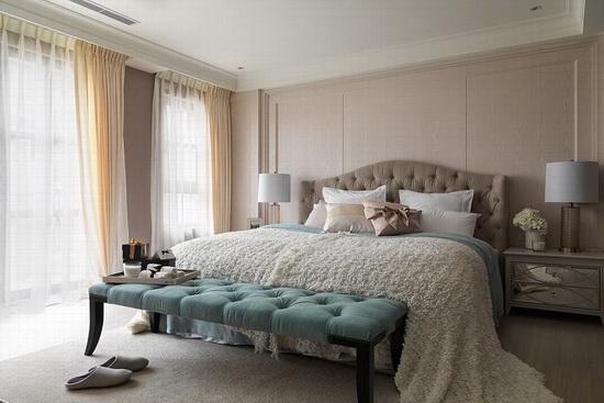 阳光透过浅色亮面窗帘洒入,映在淡雅的奶茶色空间以及布纹的素色壁纸上,为视觉创造丰富层次。