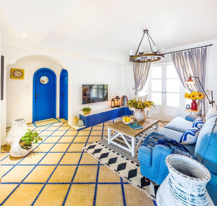 电视悬挂在墙面上,下面制作了一个摆放花盆以及灯饰,整个客厅温馨而温暖