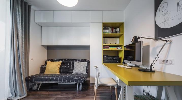 原先的工作室在保留了工作、储物的功能后,加入了一个可拉伸为睡床的沙发.