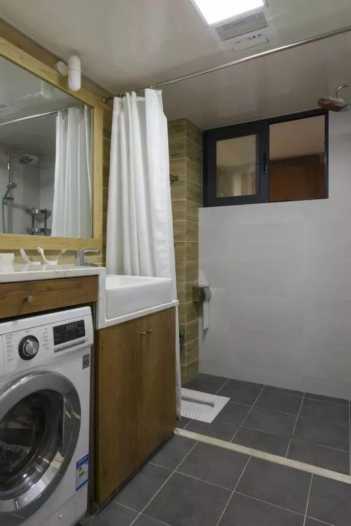 洗衣机被放在了卫生间内,嵌入了洗手台当中,用浴帘和挡水条来做干湿分离,使用会更加的舒适、宽松。