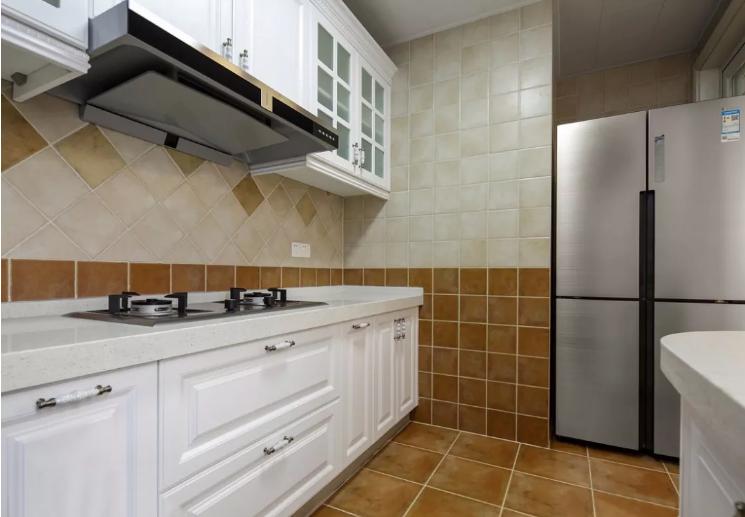厨房考虑到实用性选择了褐色瓷砖,带来复古雅致的感觉。
