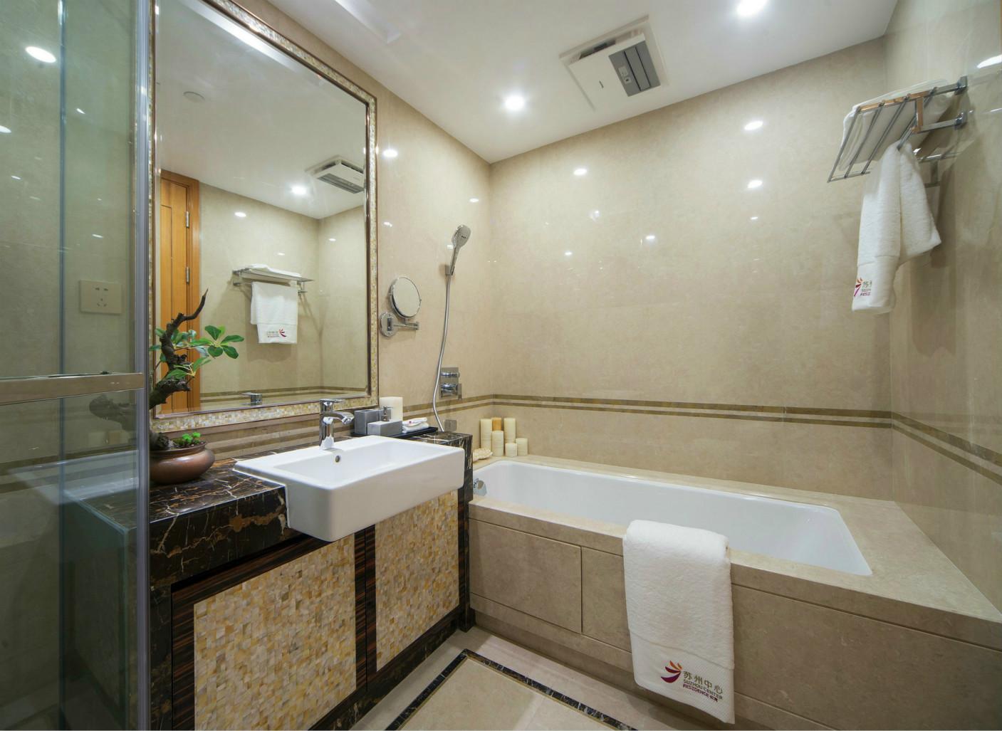 卫生间以白色为主干净整洁,透气且美观。