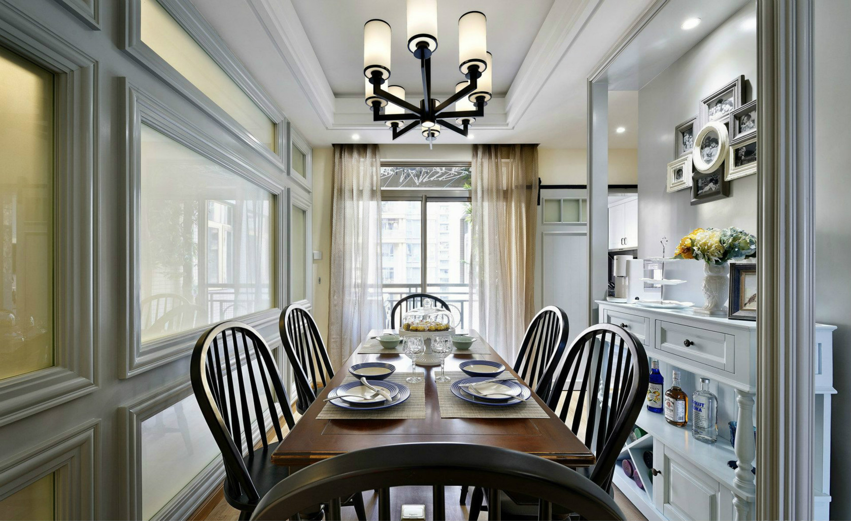 餐厅强调简洁、明晰的线条和优雅、得体有度的装饰,注重实用性、品质感和细节,一家人就餐的时候无比温馨。