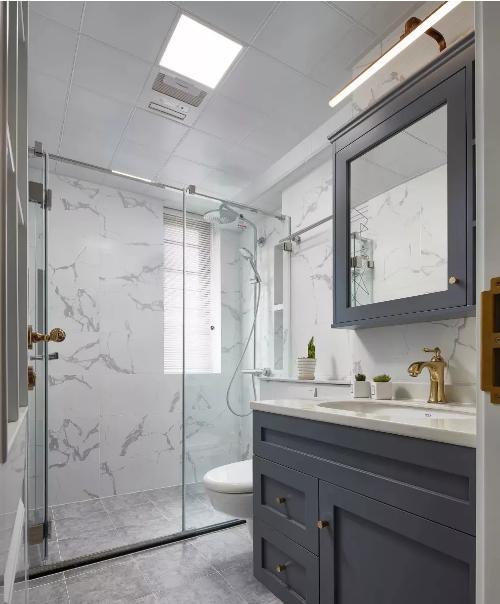 定制的灰蓝色洗手台配上金色水龙头,此时金属的质感最容易让人流连忘返。