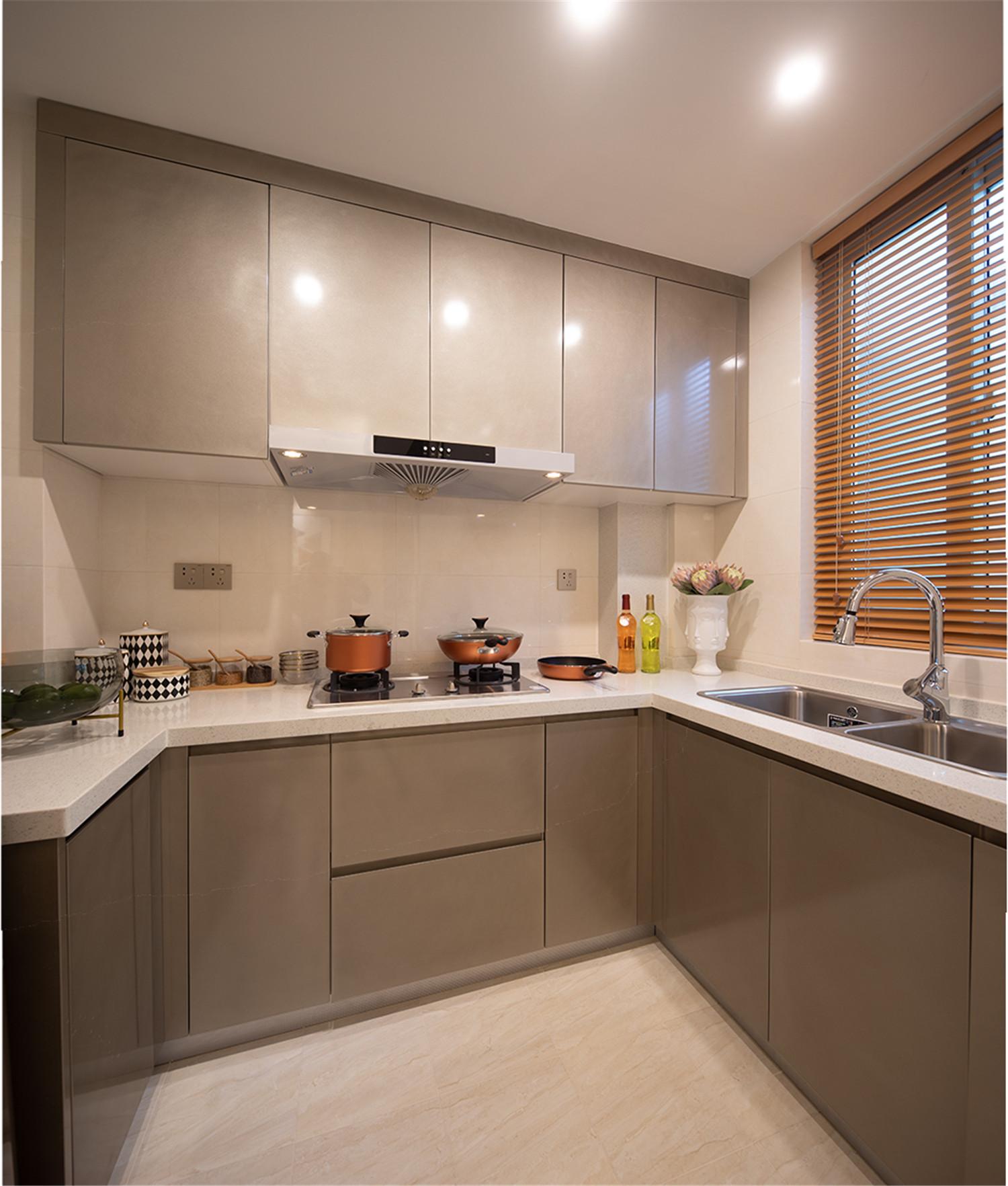 厨房增加了底柜+吊柜超强收纳,金色质感光泽的橱柜搭配白色石英石,再低调中透着奢华。