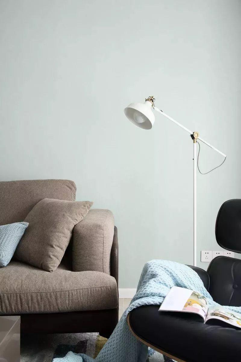 沙发一角,黑色皮质单人沙发,配上一盏简约的落地台灯,简约时尚。