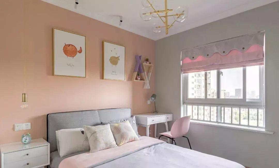 儿童房整体以灰粉为基调,床两侧放置不同的机能家具,满足不同的需求。