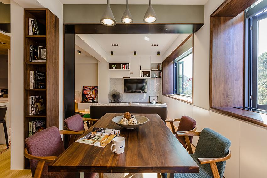餐厅以木质的座椅为主,整体简单整洁,搭配不同色的布艺,更加简约大气