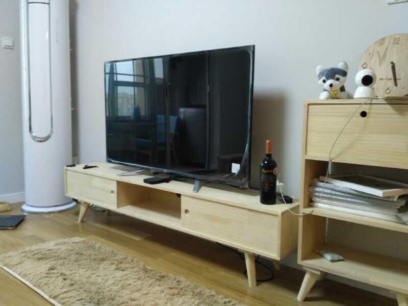 原木色组合柜支撑起整个电视背景墙,同时满足了收纳与装饰功能。