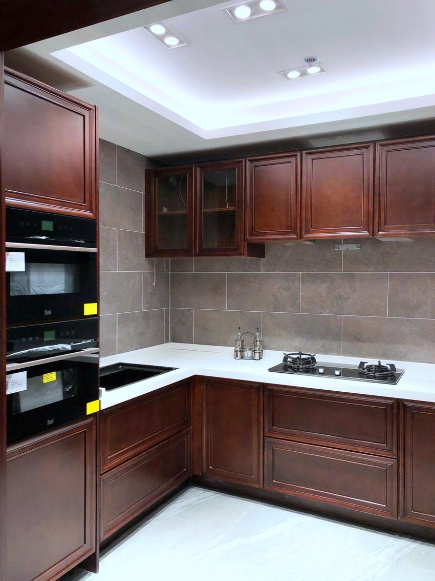 厨房里看不出古色的包括镂空的味道,更像一派现代,一白与一褐红的颜色,单调又简洁的满足于最实用的需求。