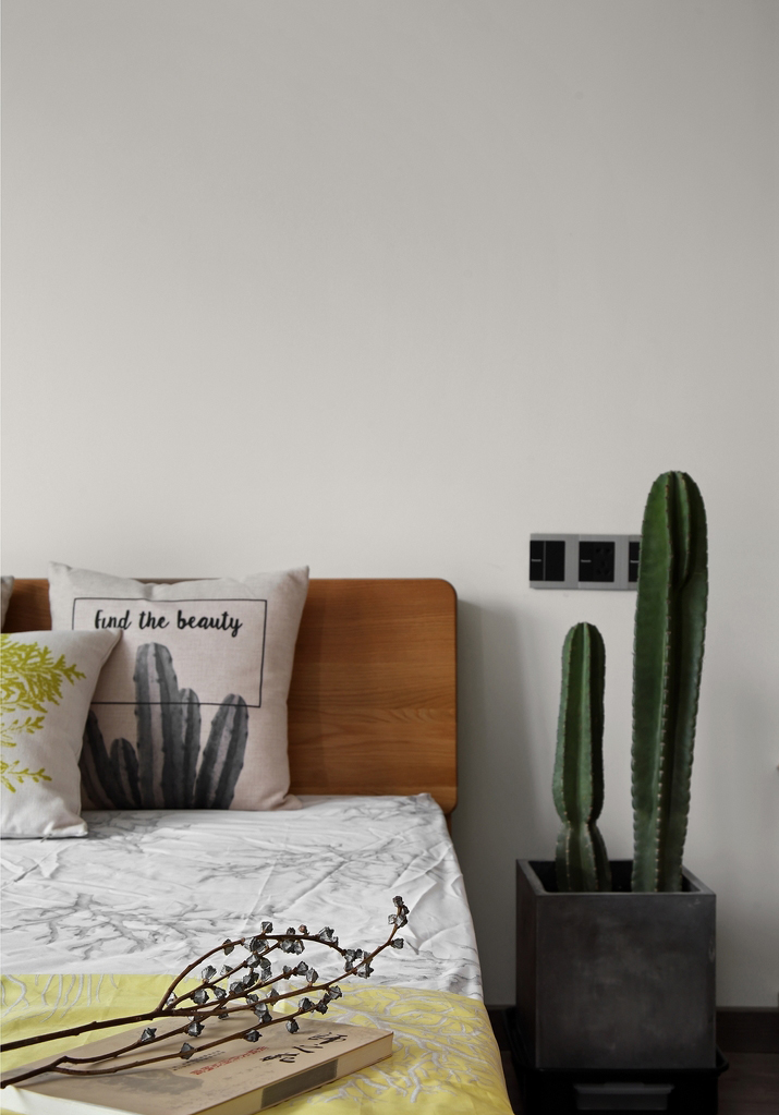 色彩跳跃的床品点缀,简约而温馨。
