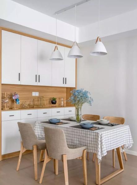 餐厅网红的拍照桌布,配上宜家淘来的餐具,木色与白色构成自然清新的就餐环境。