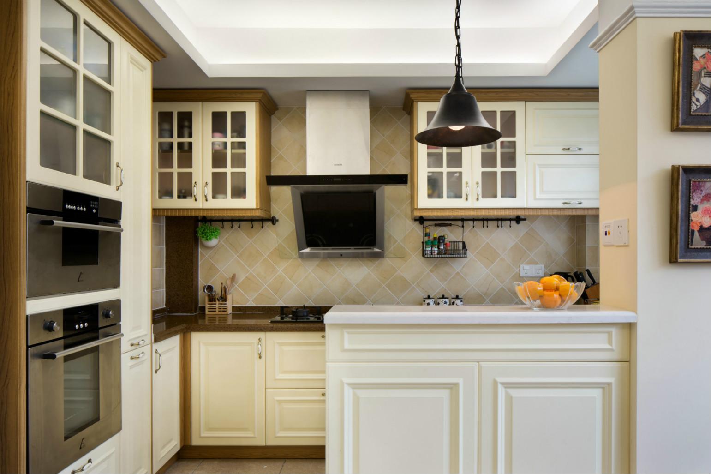 厨房空间不是很大,但是打造了很多的白色橱柜,一方面满足了收纳需要,另一方面,厨房的整体颜色很舒服。