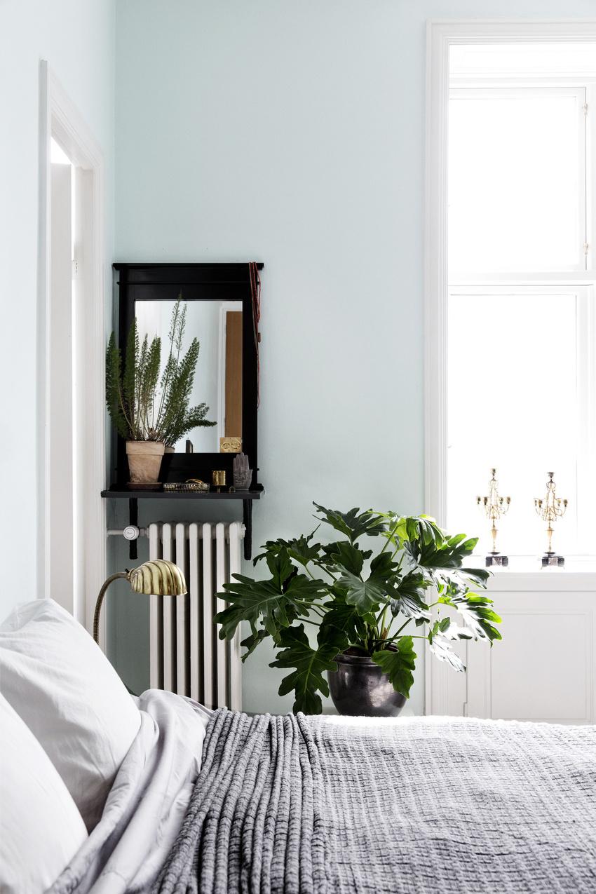卧室墙面刷成浅浅的薄荷绿,与白色的窗和门一起,一股清新舒爽的气息。