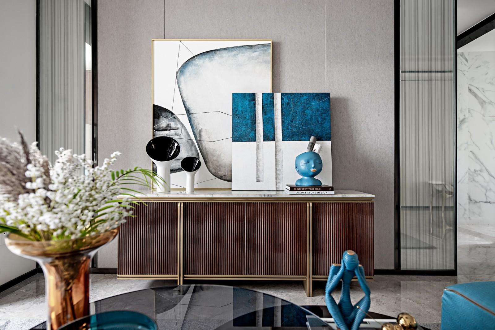 在空间中加入了木质色彩,在成熟的奢华中又增添了自然的温润。