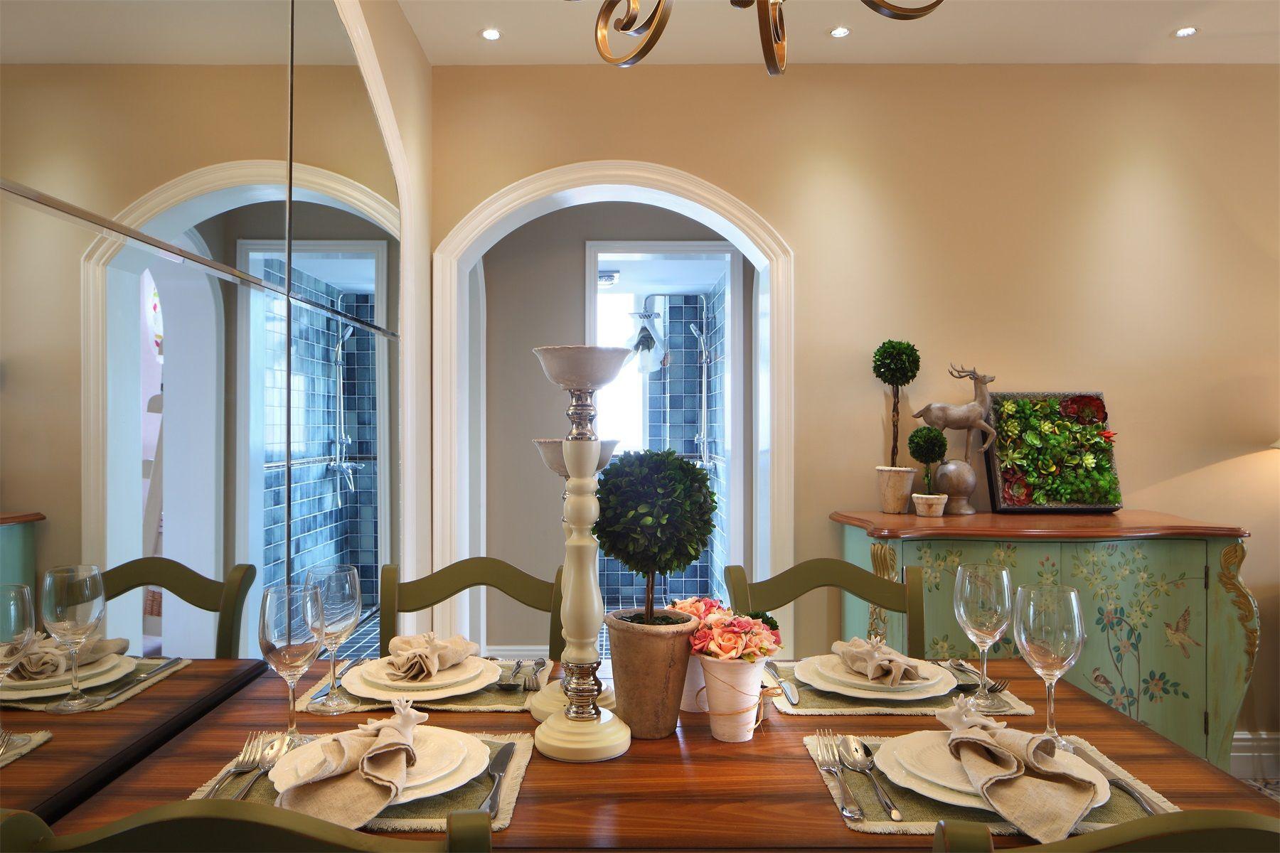 餐桌上很有一种吃饭的仪式感,刀叉盘子高脚杯整齐的摆放好,有一种庄严隐藏在里面。