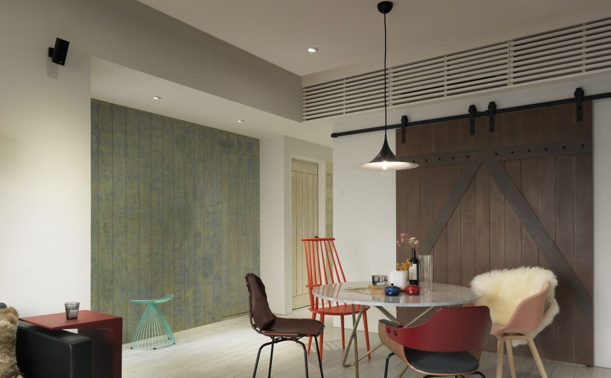 餐厅不一样的座椅很是个性,加上简约的吊灯,整个空间很是简约大气