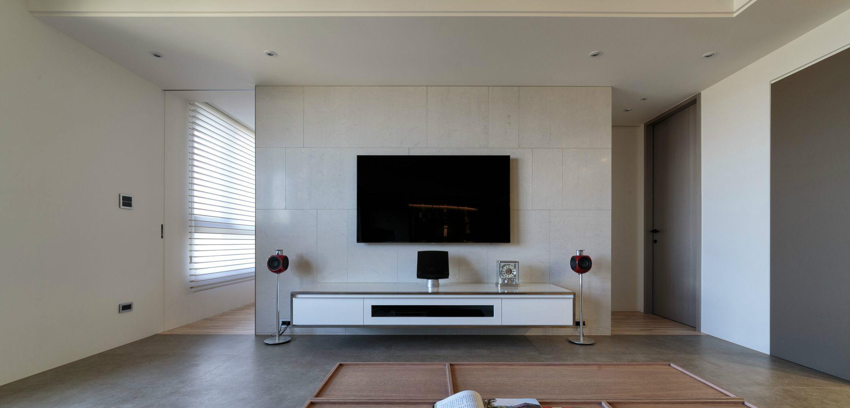 電視背景墻也很簡單,沒有多余的裝飾,兩邊放置了音箱,簡單大氣
