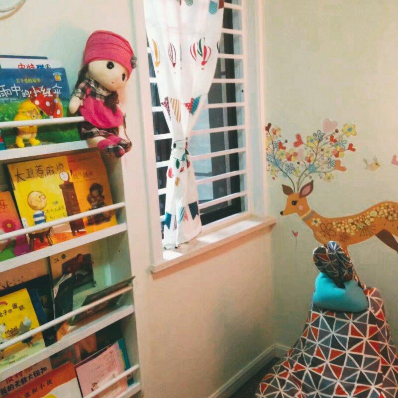 儿童房是小孩子的一片小天地,简单的定制小书架,方便让孩子把自己喜欢的书放置其中。