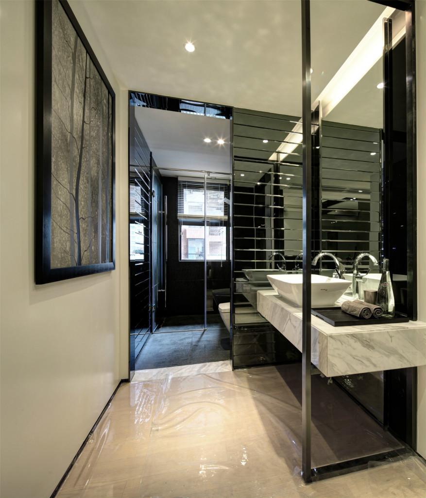 卫生间洗浴和洗手台干湿分离,整体黑白为主,简约大气
