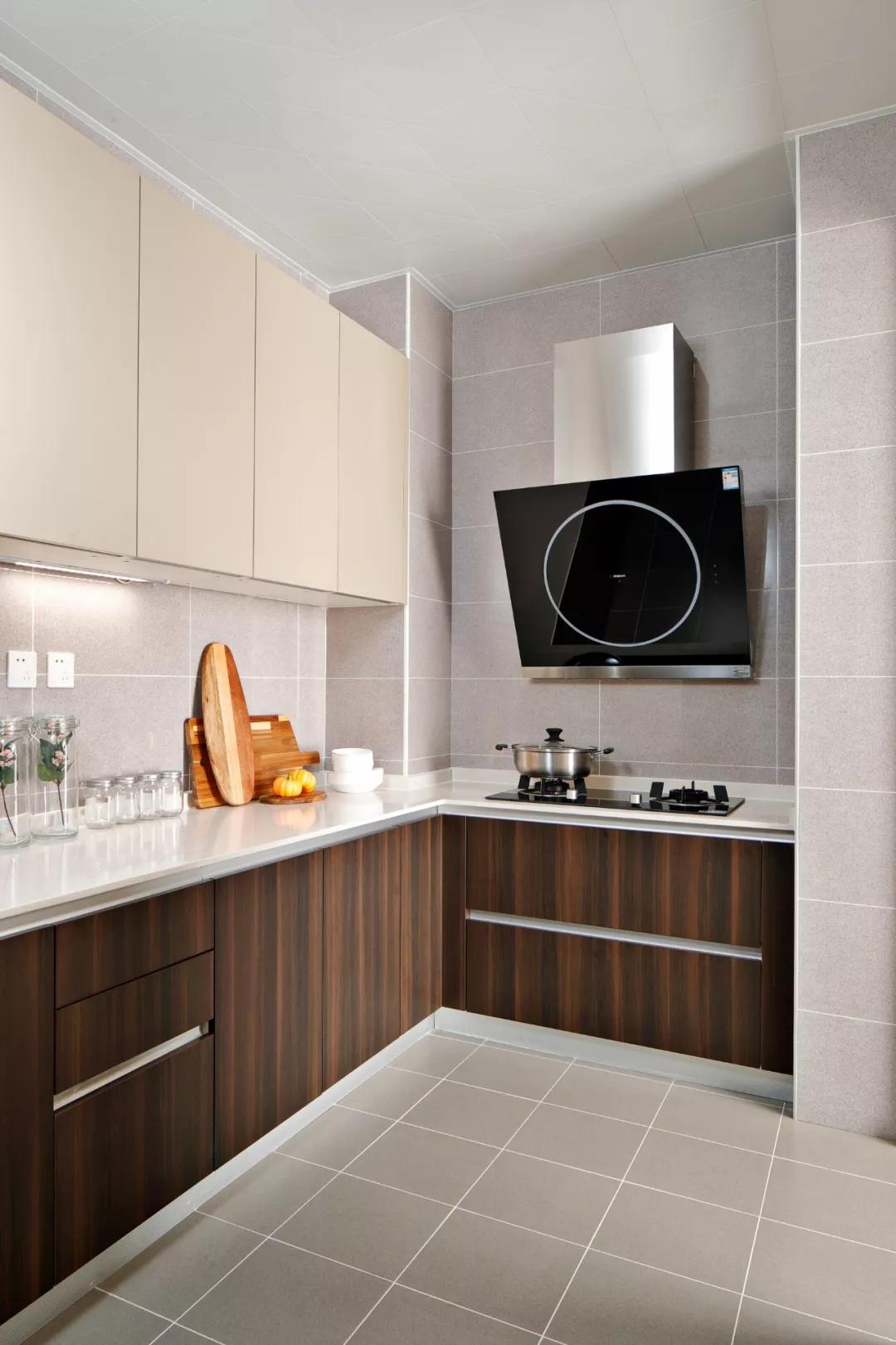 U型厨房作业流线短,作业面多,方便实用。白色石英石台面搭配褐色木质纹理橱柜,沉稳淡雅。