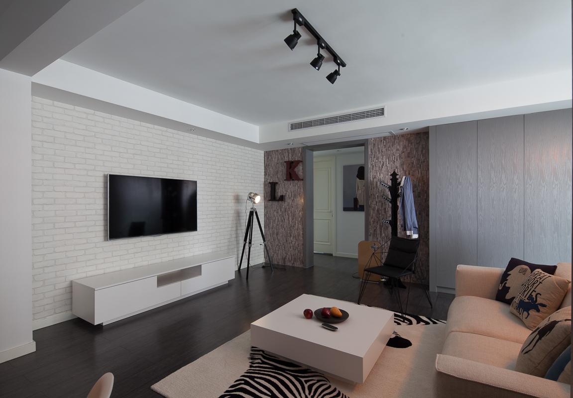 电视柜和茶几都是白色木质,同时做了收纳空间整体干净大方