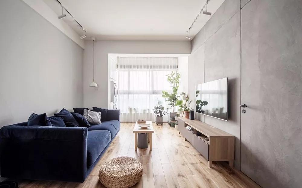灰色是一种高雅、稳重的象征。客厅在保持木色基调中加入了灰色元素,淡雅、简洁。
