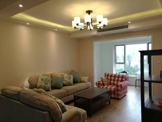 简约吊灯的点点光晕,为整个空间增添了些许暖意,柔软的组合沙发让休闲时刻更加惬意。