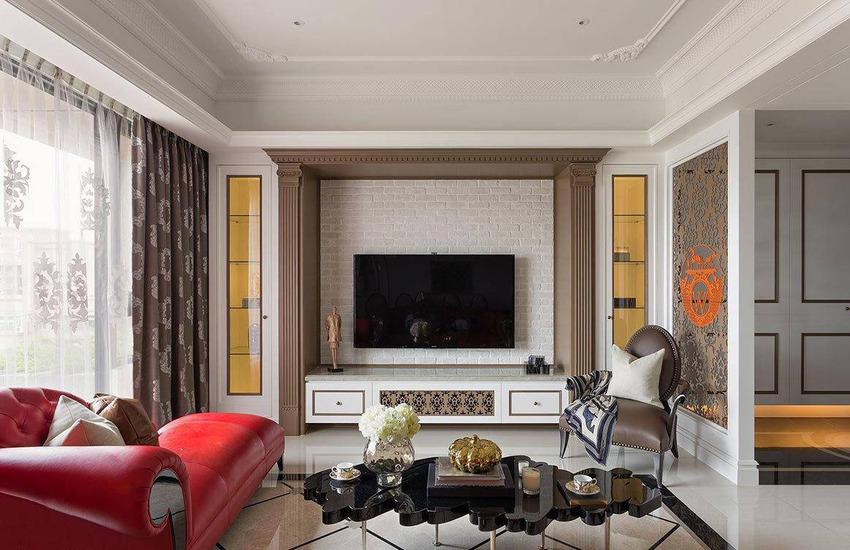 以宫廷式的罗马托柱和线板,将其实烘托出来,特调的精品咖啡色,与文化石墙面相对。