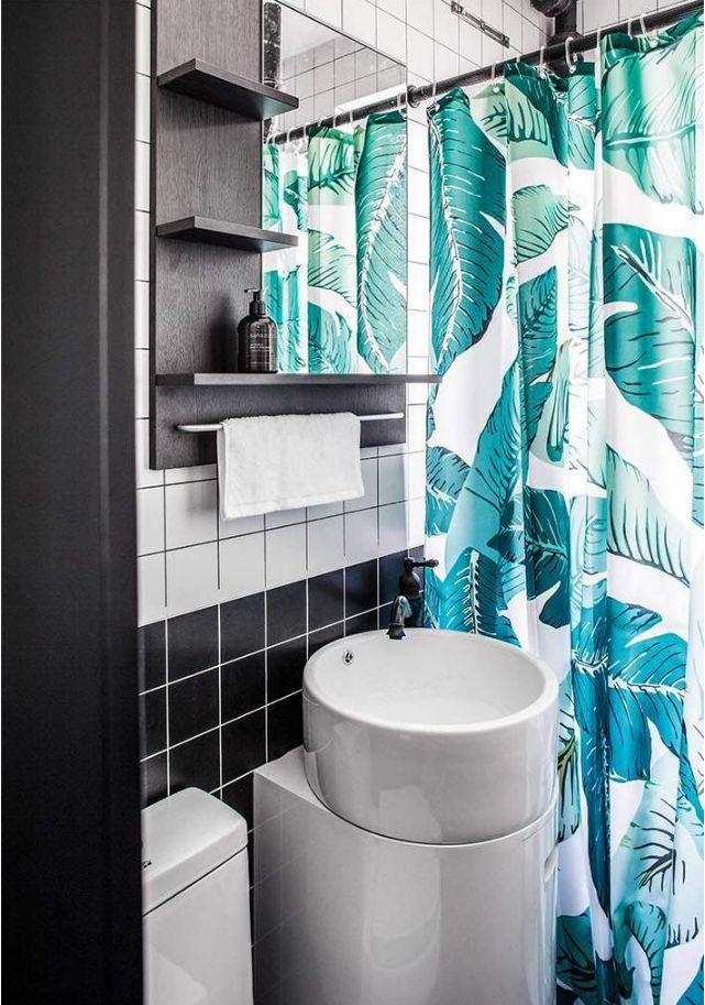 卫生间内是用了浴帘来做干湿分离,这款洗手台的款式简约而又好看,黑色和白色的经典搭配更显现出时尚感觉。