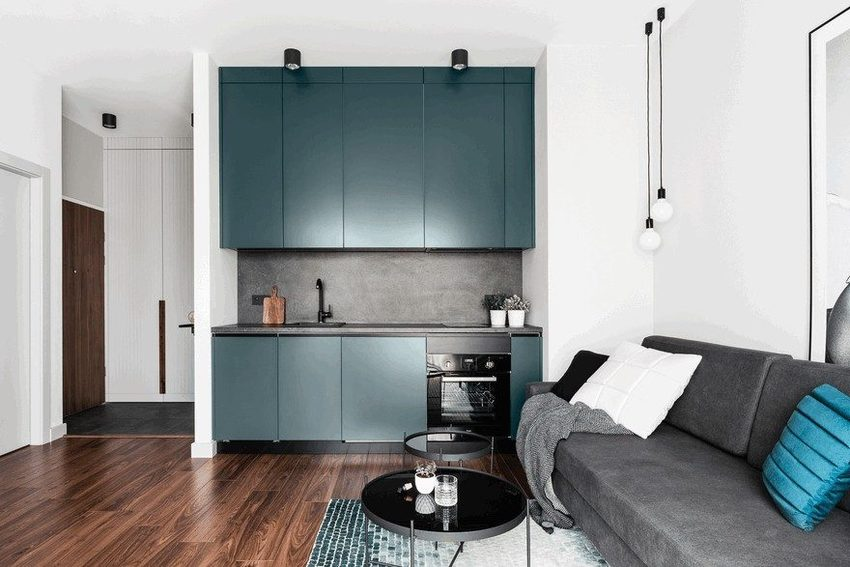 估计这样灰蓝色的厨房,并不会用于烹饪美食,它高傲的气质,只会在此调制出烈性美酒和沙拉。