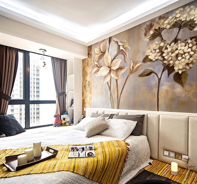 卧室区域做了抬高,搭配定制大床,相得益彰。