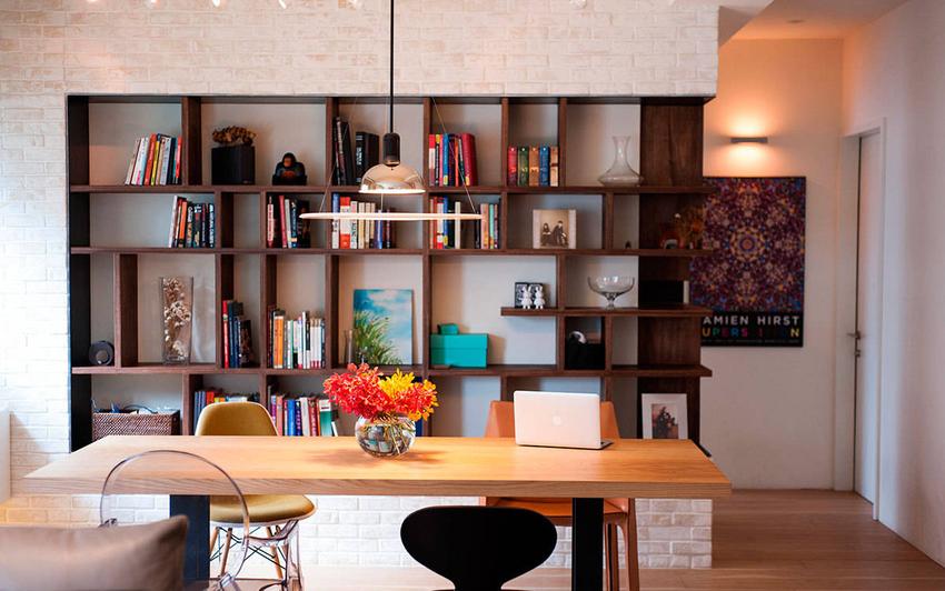 白砖墙上的木作书柜是空间里最美的视觉风景。