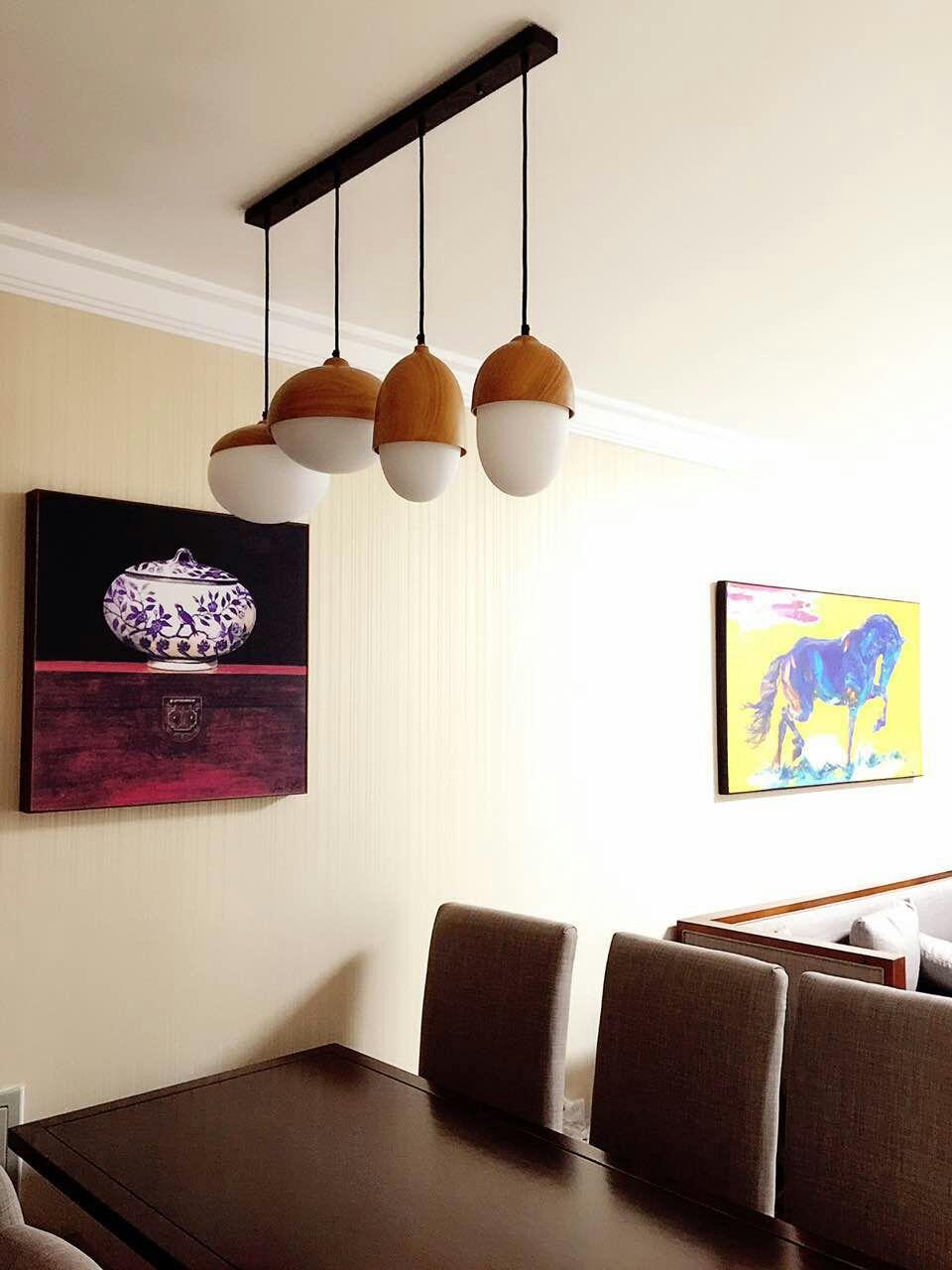 沙发背景墙与餐厅同属一面,有了温馨的壁纸衬托,无论在阳光还是灯光下,都让佳肴更加美味。
