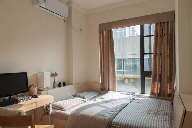 没有床头柜没有背景墙装饰,多出的床沿部分用来放置物品,卧室回归了它纯粹的睡眠功能。