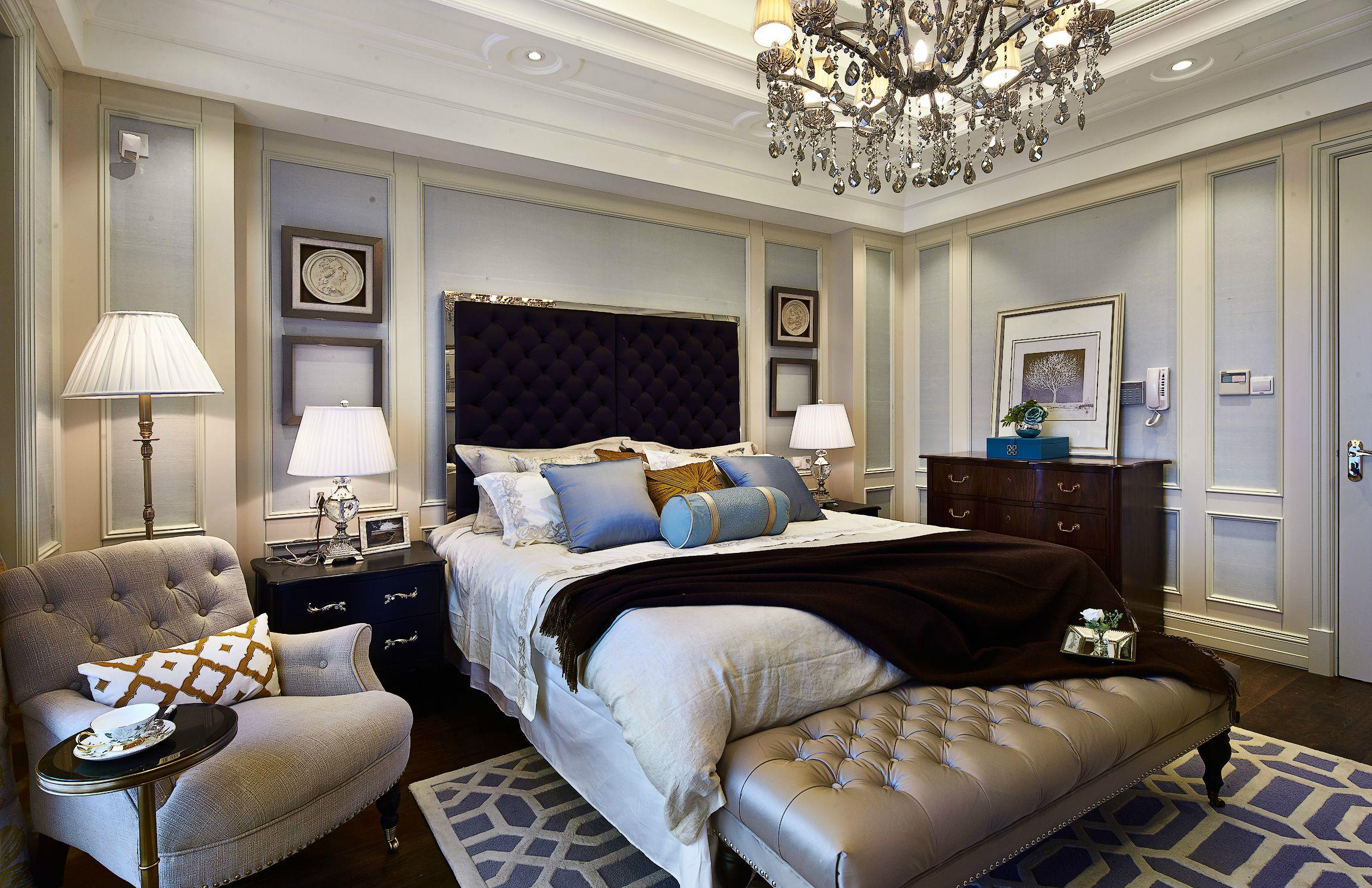 主臥整個室內在華麗的燈池的照耀下格外溫馨,在臥室放置單人沙發,也可以成為陶冶情操的好去處。