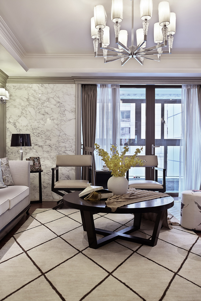 餐厅的右侧是家庭中重要的会客厅,在这里后现代与新古典完美结合,在后现代的基调上加上新古典的家具作为装