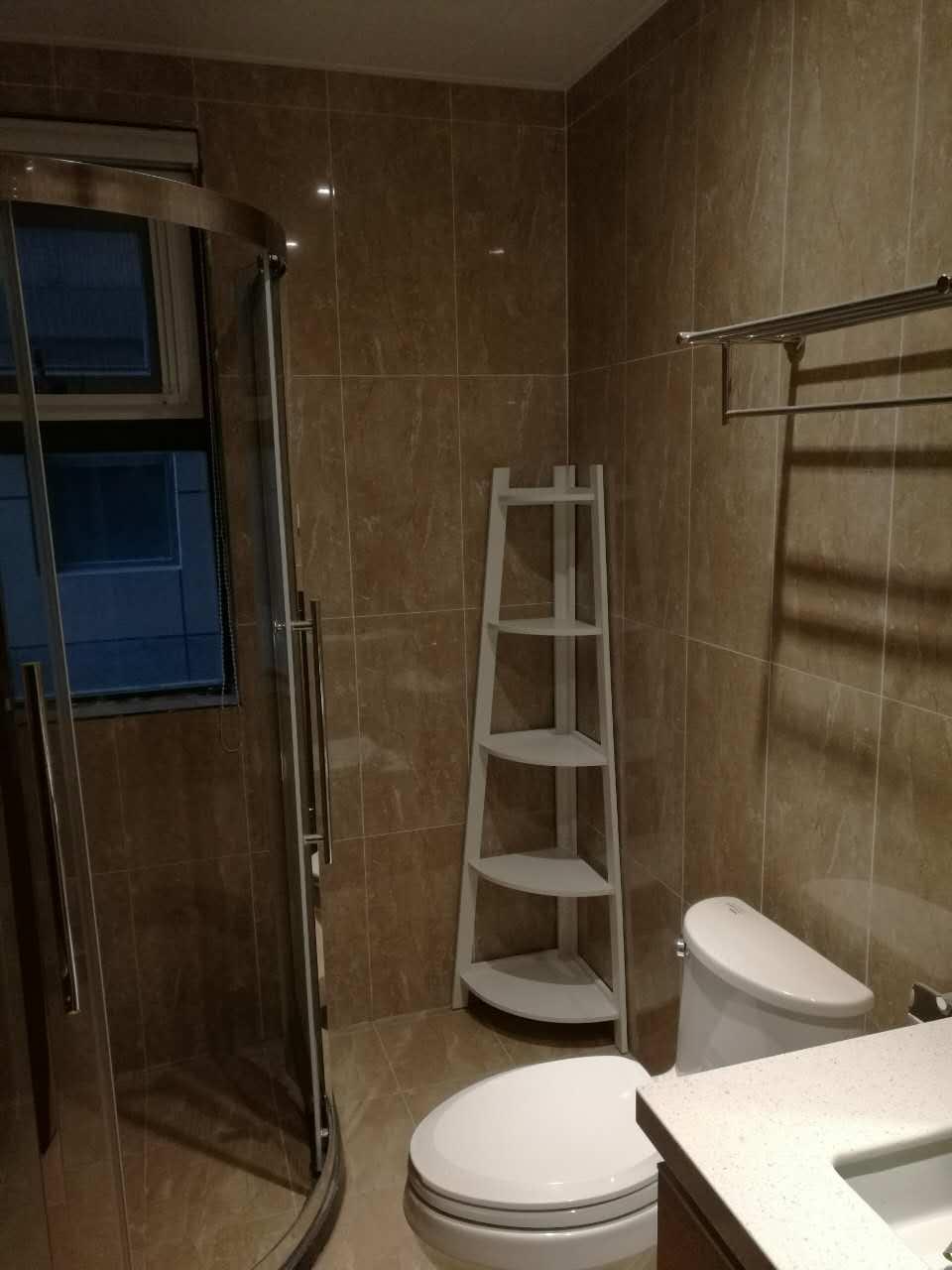 整个卫生间用了弧形玻璃淋雨房,空间通透,高档大气。