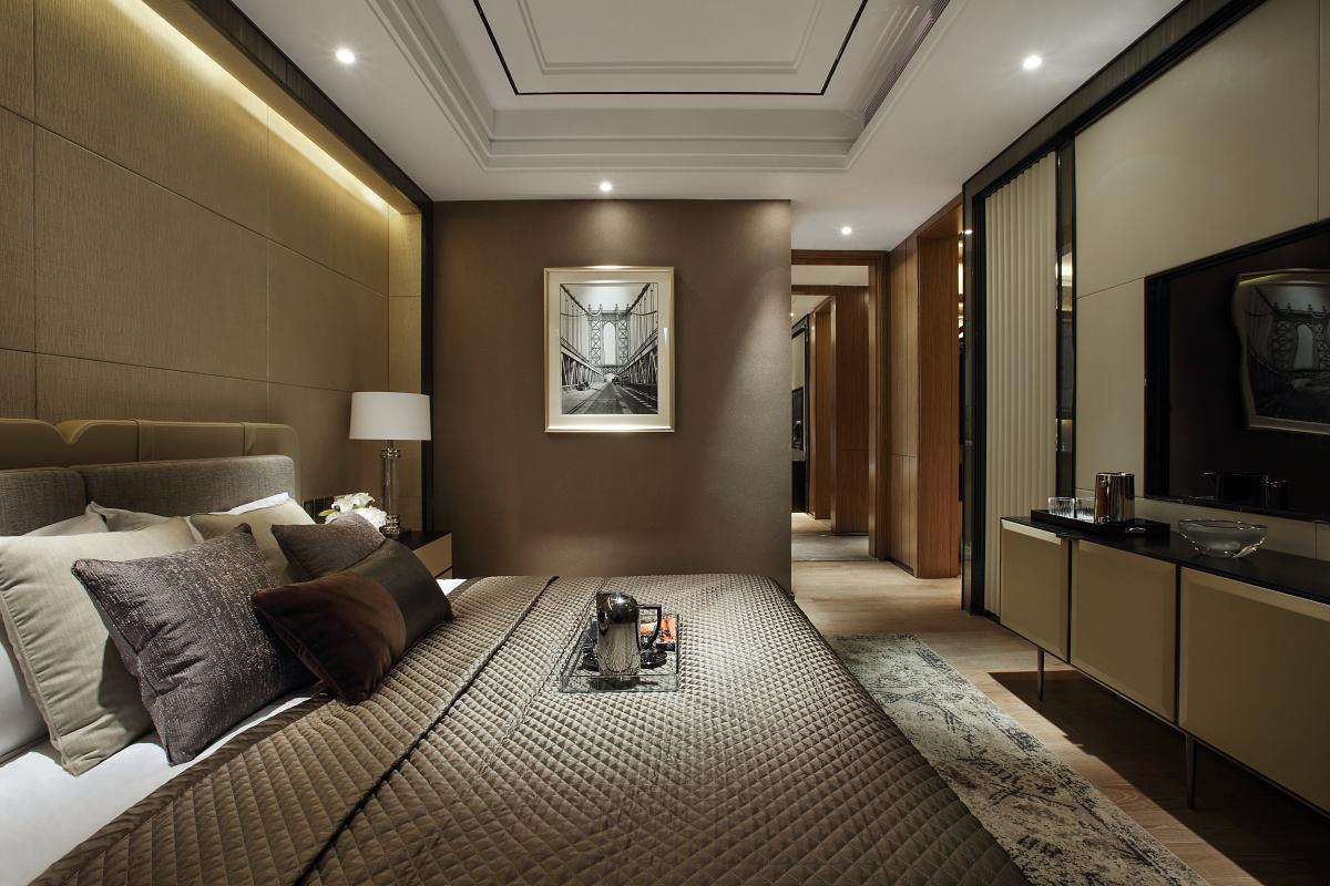 主卧装修整体比较简单大方,冷色系的床品很是休息的场所