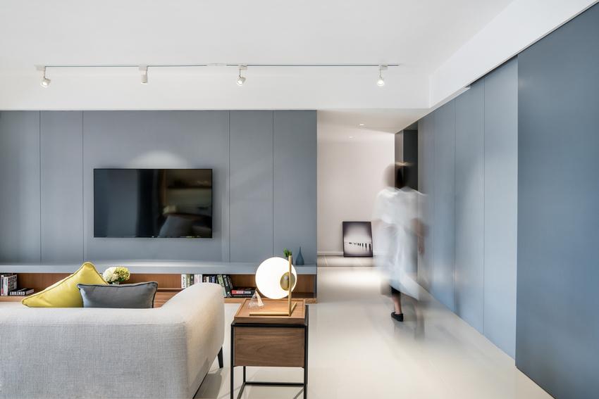 颇具序列感的过道更加提升空间质感,右侧的移动暗门是通往厨房的秘密基地。