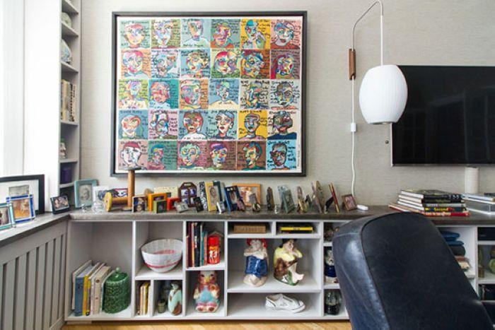 电视柜里放满了各式各样的摆件和书本,台面上堆满了相框。